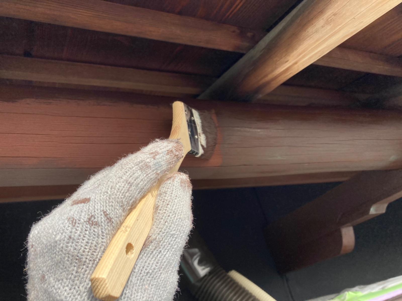 木部上塗り施工中